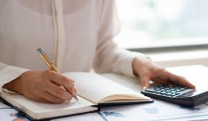 especialista-de-negocios-analisando-relatorios-e-contando-despesas_1262-16028