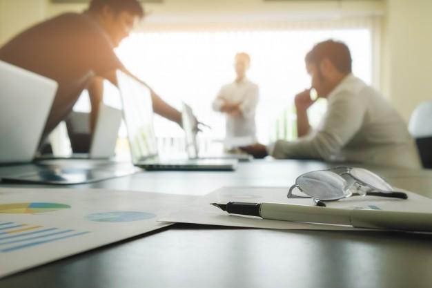 conceito-empresarial-com-espaco-de-copia-mesa-de-escritorio-com-foco-na-caneta-e-quadro-de-analise-computador-caderno-xicara-de-cafe-na-mesa-tons-de-entrada-filtro-retro-foco-seletivo_1418-536