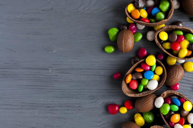 bombons-brilhantes-em-ovos-de-chocolate_23-2147761184