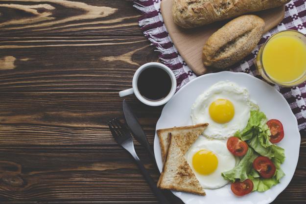 fried-eggs-drinks-breakfast_23-2147758279